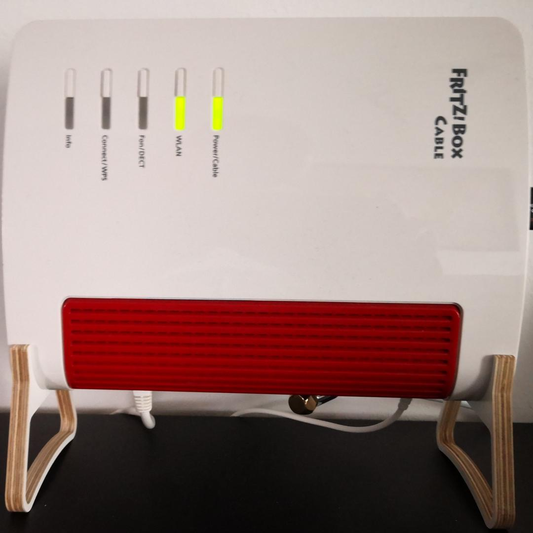 Fritzbox Staender in weiss  XL (Kundenfoto)